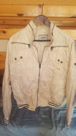 Ватирано яке и тънко бяло яке.