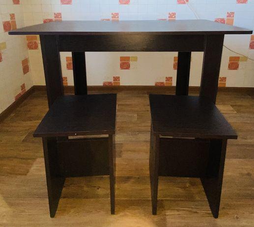 Новый стол  с 2-мя табуретки в подарок в отличном состоянии
