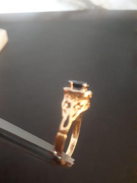 inel model deosebit aur14k cu safir și anturaj diamante