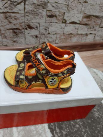 Продается обувь для ребенка.