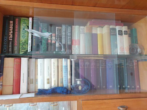 Колекционерска библиотека с антикварни книги