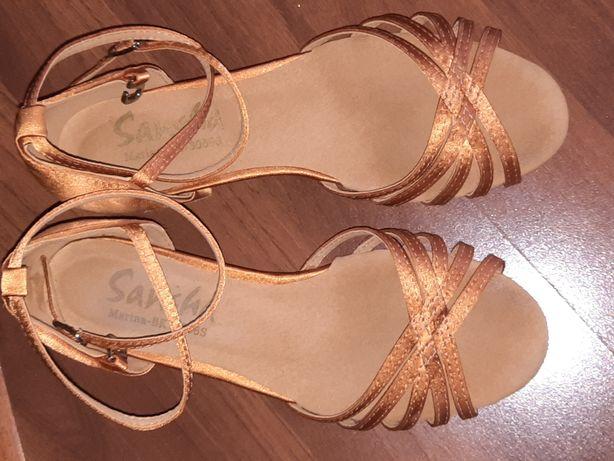 Для балнего танца спец. туфели и платье