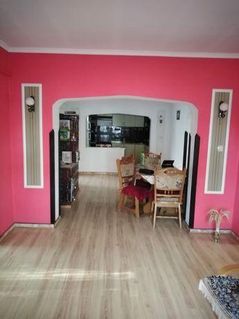 Casa cu 4 camere , living , bucatarie si 2 bai