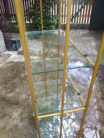Стелажи с стъклени рафтове