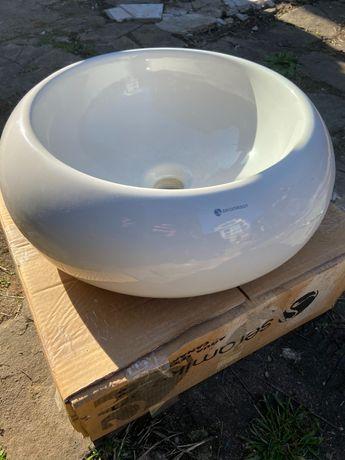 Чисто нова мивка за баня със бял сифон