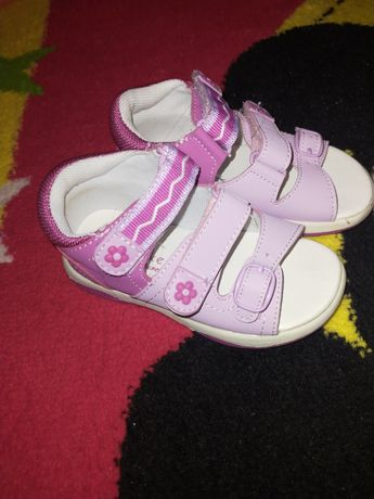 Sandale pentru fetițe.