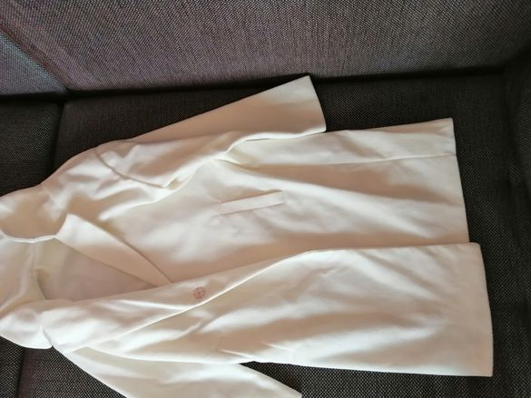 Пролетно бяло палто
