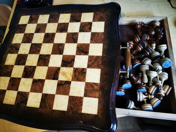 Шахматы и шахматная доска из ореха