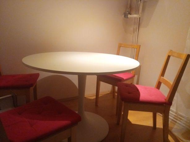 Masa bucătărie cu 4 scaune.