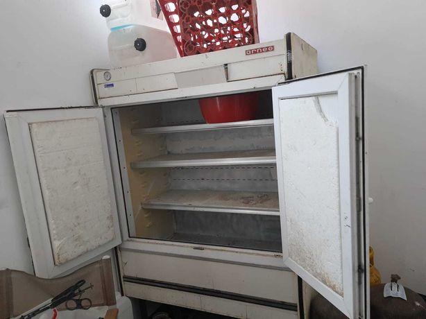 Vand frigider dublu in stare de functionare. Capacitate 900 litri