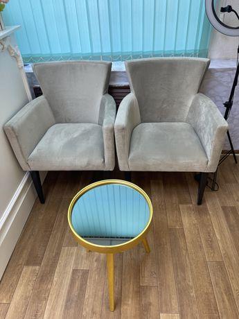 Кресла и столик с зеркалом