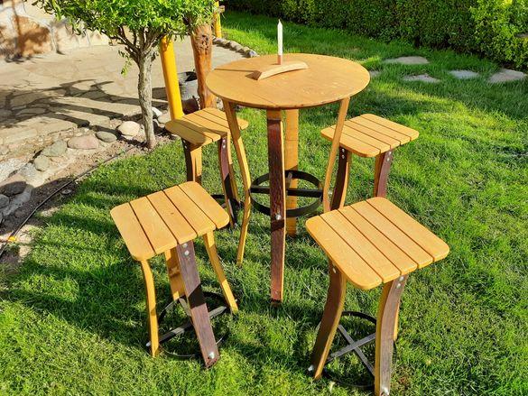 Дървена маса и табуретки от стара дъбова бъчва.