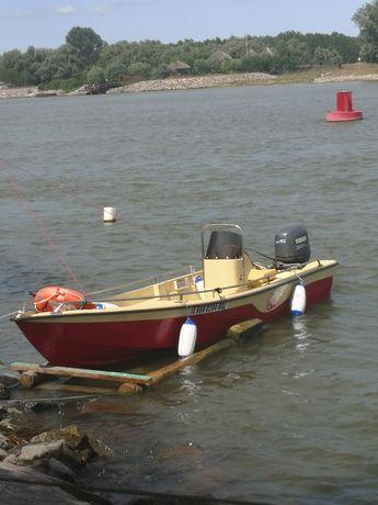 Vând barca cu motor