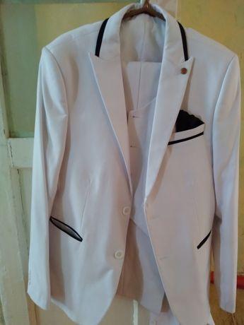 Белый костюм красивый