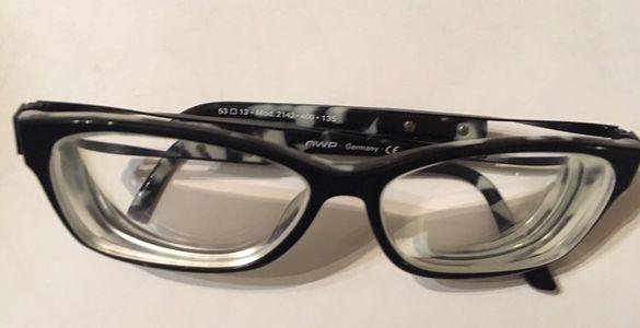 Диоптрични очила минус 10 на двете.