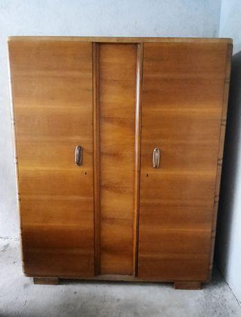 Продавам двукрилен гардероб, масив, изработен през 60-те години