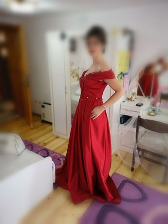 Официална рокля, бална или за друг специален повод.