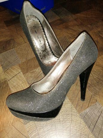 Два чифта дамски обувки с високи токчета