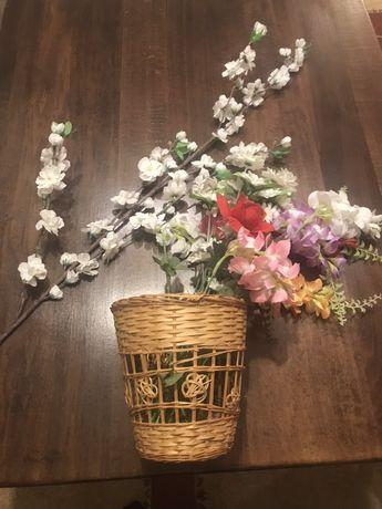 Ръчно плетена кошница с изкуствени цветя
