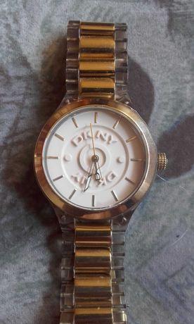 Vand ceas DKNY in stare perfecta de functionare.