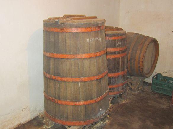 Дъбова бъчва за вино и каци за вино