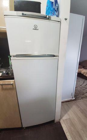Холодильник  Indesit в хорошем состоянии. Морозилка отлично работает.