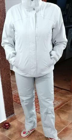 Costum ski dama, Geaca are hanorac detașabil.