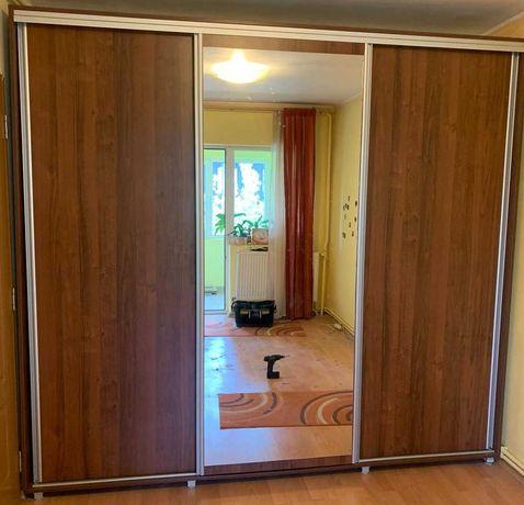 Dressing cu 3 usi glisante si oglinda; Sifonier cu rafturi si sertare