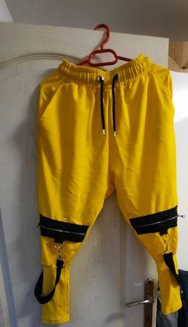 Vand pantaloni galbeni și un costumaș