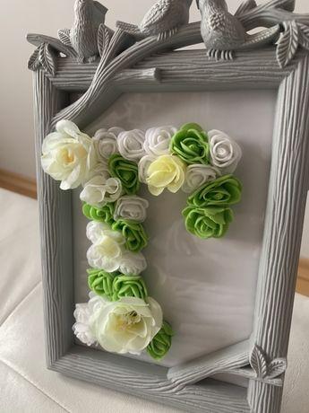 Рамка с буква от рози