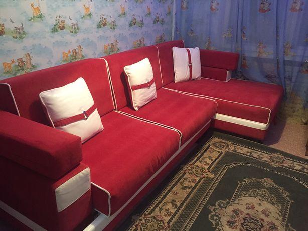 Продам диван большой со столом и пуфиком