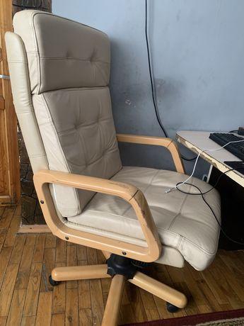 Кожаное кресло в хорошем состоянии
