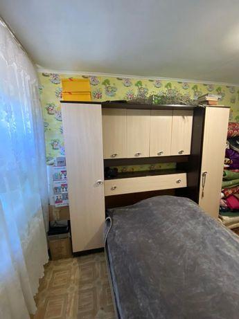 Кровать и шкаф...