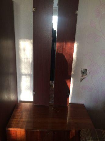 Продам Трюмо (туалетный столик) с зеркалом