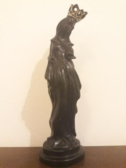 Висока старинна статуетка