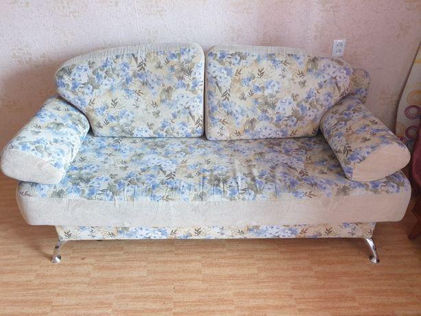 Диван, прихожая и стол со стульями