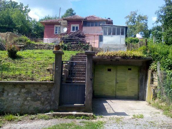 Продавам къща с гараж