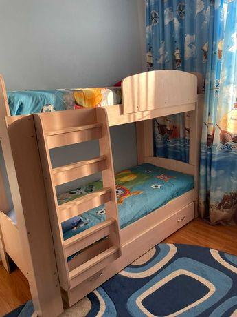 Двухярусная кровать для детей (с матрацами)