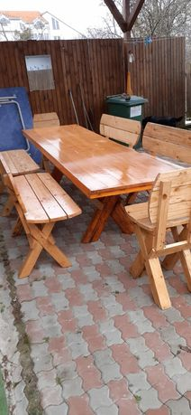Mese, bănci și scaune din lemn masiv