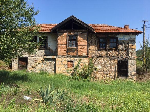 продавам атрактивна каменна къща и голям двор в Горно Брястово!