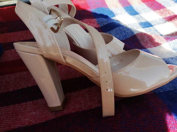 Sandale cu toc elegante