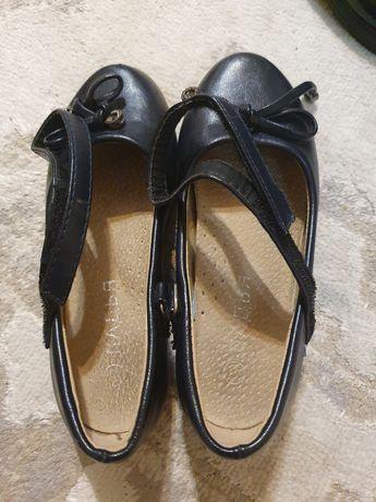 Продаю школьную обувь цена 2000т