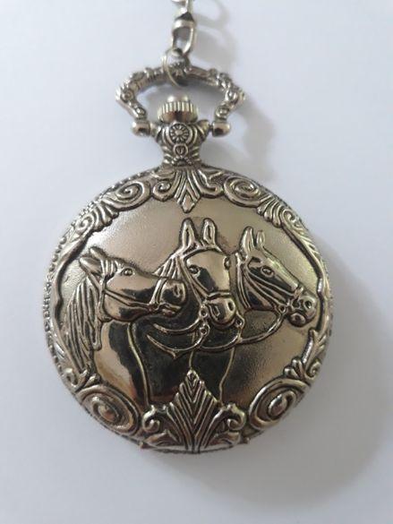 WFPW - джобен, кварцов, с три коня на капака и непретенциозен кюстек.