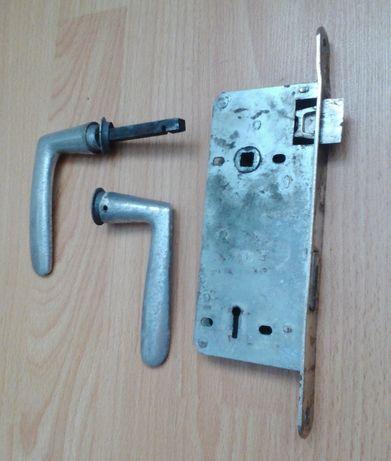 Broască uşă cu mânere în stare perfectă de funcţionare