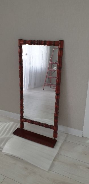 Продаю зеркало в дерев. раме с полочкой 1м х 47см