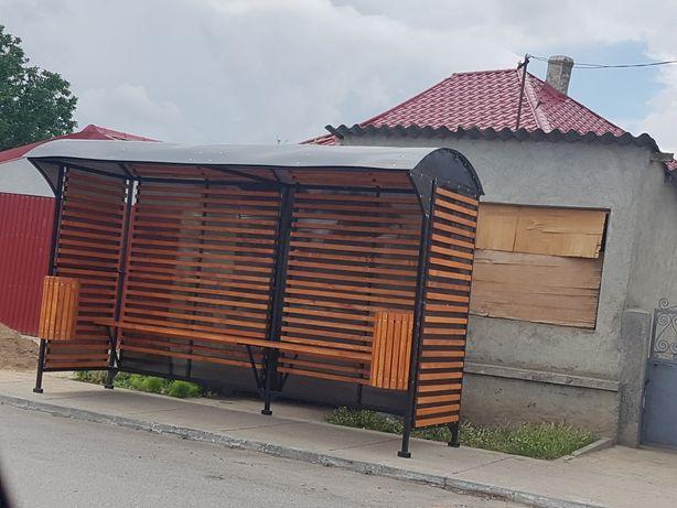 Statie autobuz cu elemente lemn
