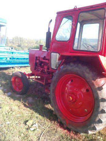 ЮМЗ трактор кам него има и челен товарач
