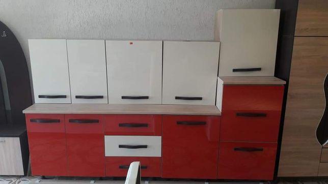 Bucătărie 2.60metri uși din MDF lucios crem+maro inchis / crem + roșu