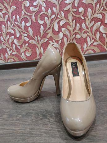 Лакированные бежевые туфли