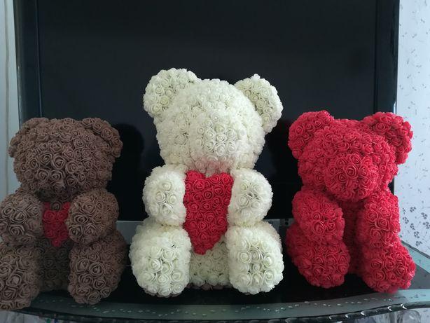 Подарки для девушек. Мишки из роз с подарочной упаковкой.